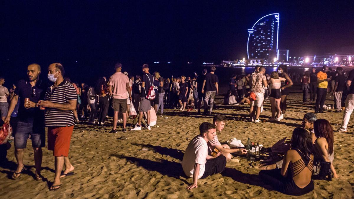 Gente en la playa de la Barceloneta este fin de semana.