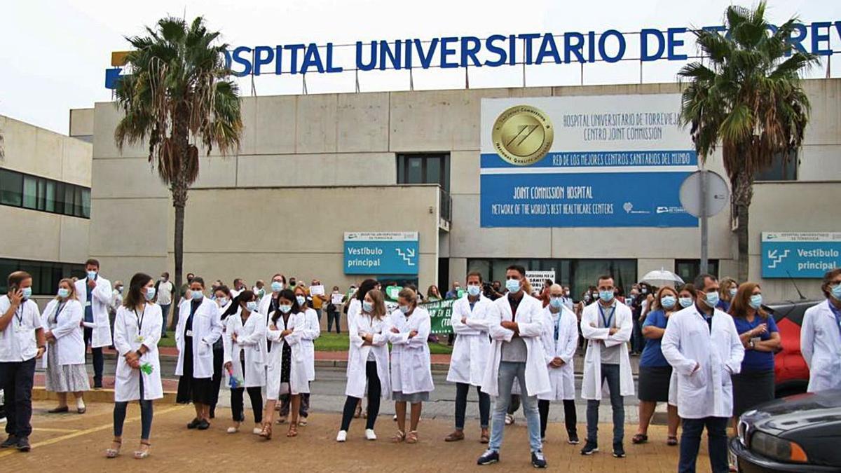 Imagen de una protesta de trabajadores del Hospital de Torrevieja. | INFORMACIÓN