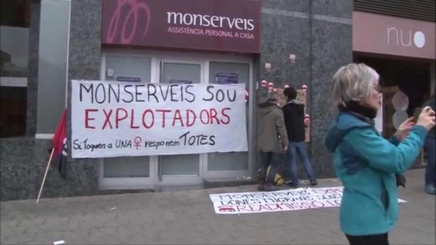 La CGT protesta davant Monserveis pel frau laboral a una cinquantena de treballadores