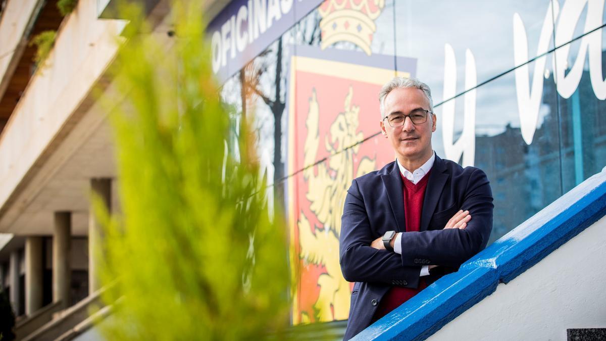 El director deportivo, Miguel Torrecilla, junto a las oficinas del club.