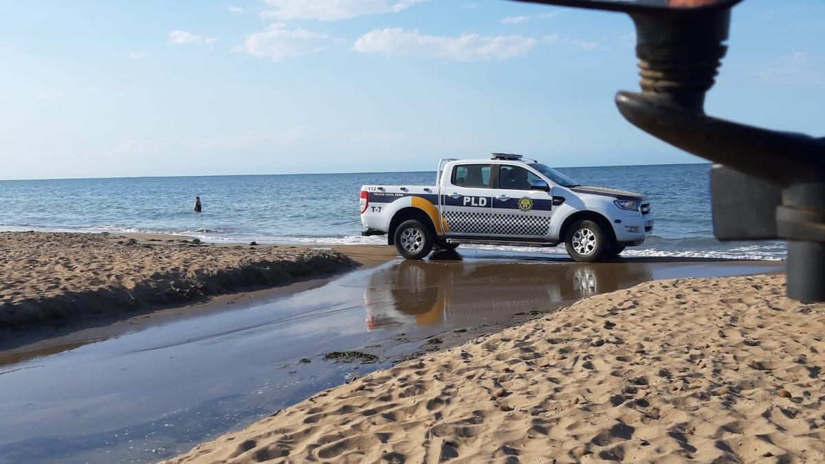 Un coche patrulla por la playa de Dénia