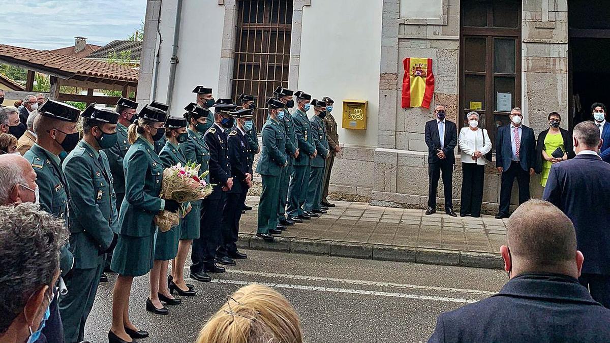 Un momento del acto ante el cuartel de Nueva de Llanes, con los familiares de Juan Merino al fondo. | P. N.