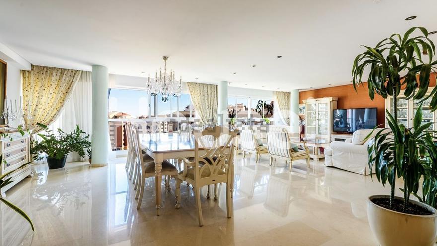 Ático en la Plaza Illes Columbretes, a la venta por 1,2 millones.