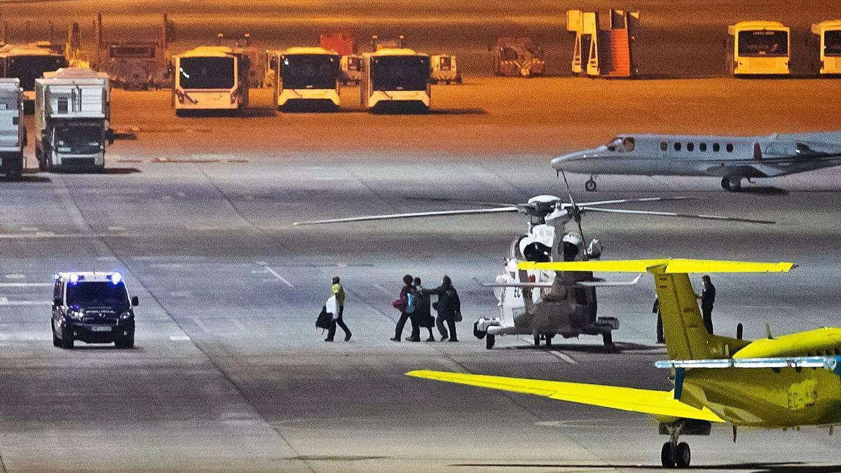 La tripulación del buque 'Arzak 2', anoche a su llegada al aeropuerto de Gran Canaria. | | BORJA SUÁREZ