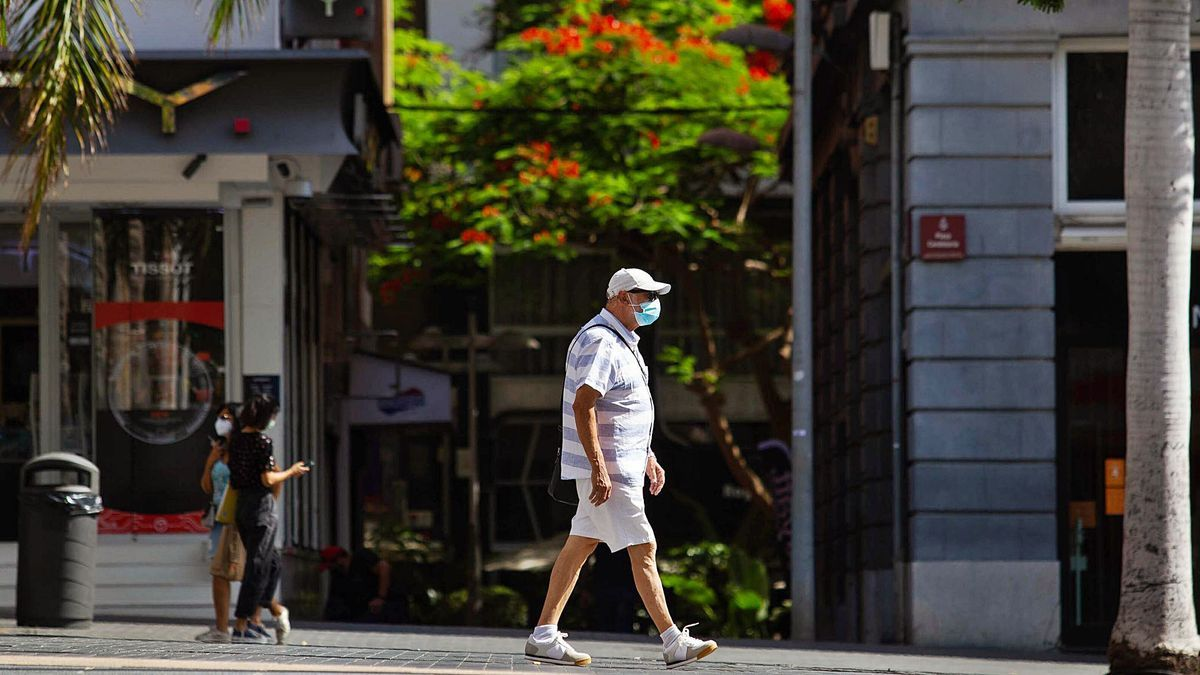 Un hombre pasea por una céntrica calle de Santa Cruz de Tenerife.     CARSTEN W. LAURTISEN
