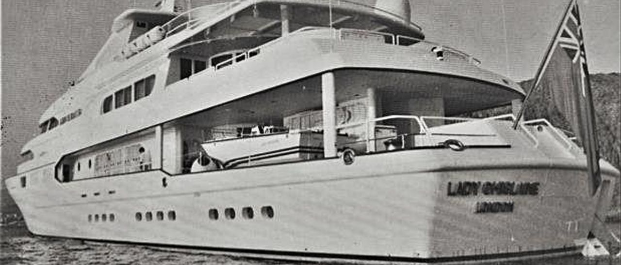 El buque 'Lady Ghislaine', fondeado en aguas de Los Cristianos poco después del fallecimiento de Robert Maxwell.