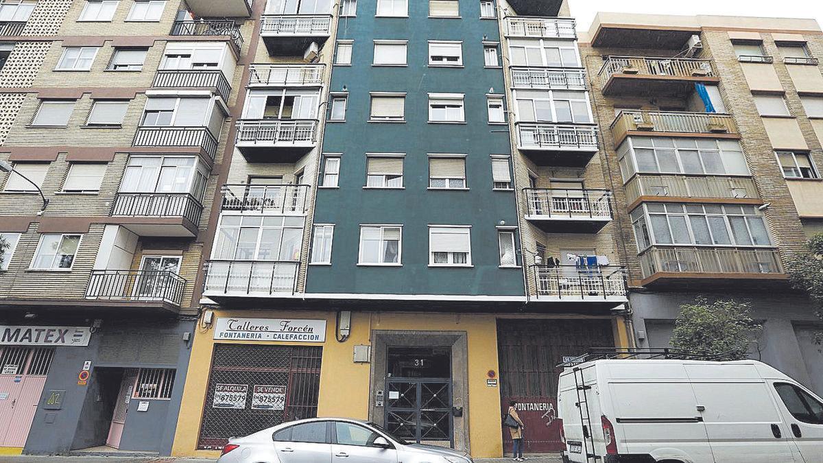 El autor se tiró desde el quinto piso tras cometer el crimen, cayendo sobre una furgoneta