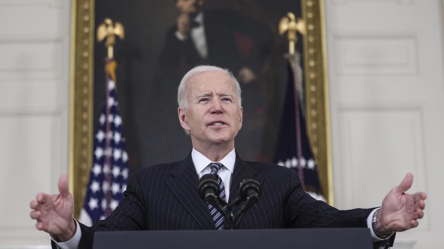 Biden afirma que EEUU empezará este verano a compartir vacunas