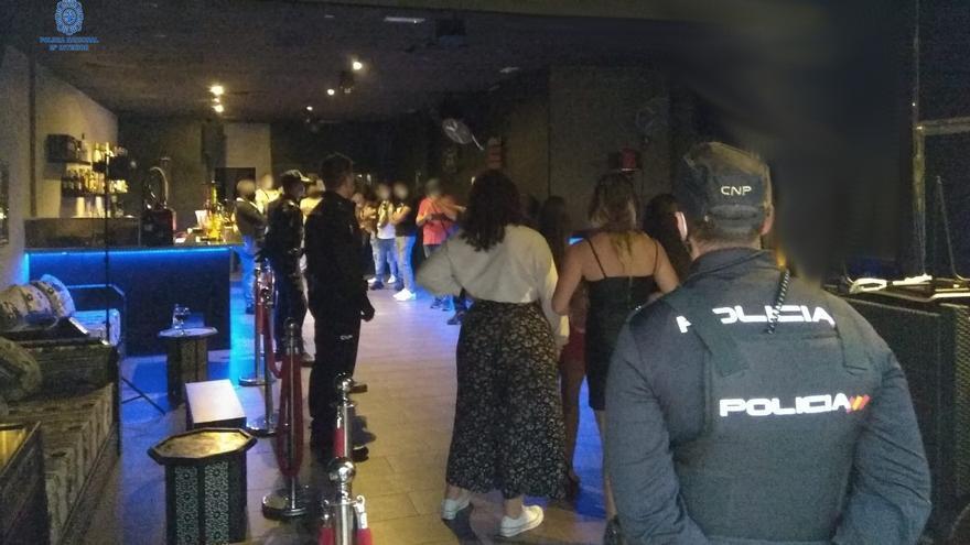 La Policía localiza una fiesta ilegal con unos 20 asistentes en un conocido local de Palma