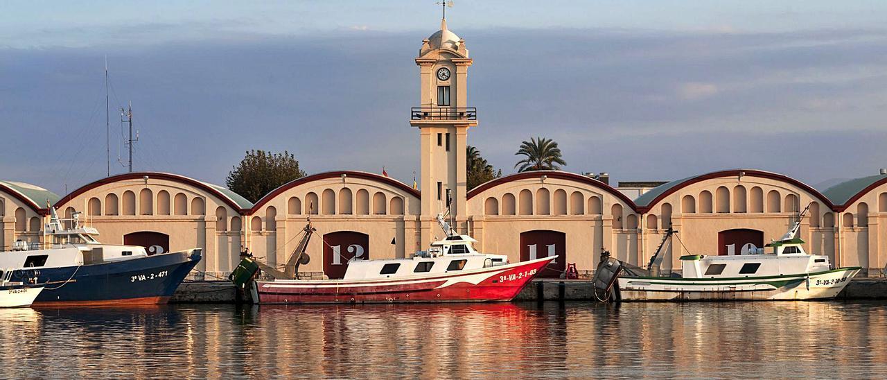 El tramo central de los tinglados del puerto de Gandia, con la característica torre del reloj, en una imagen reciente.   RAFA ANDRÉS