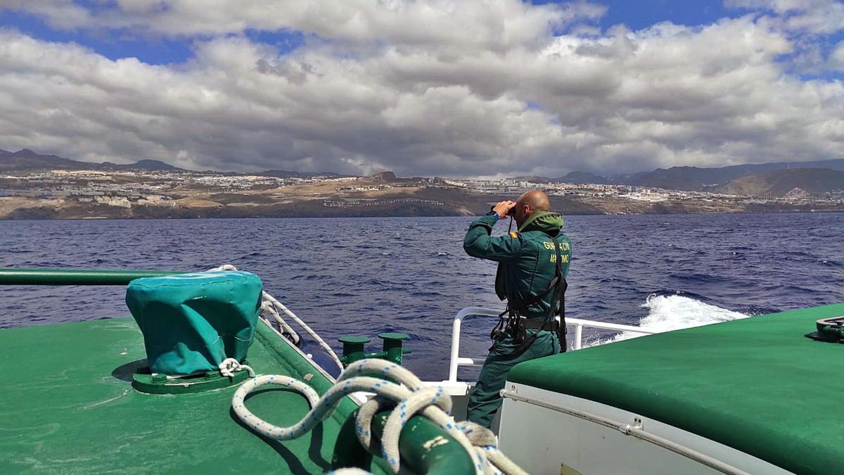 La búsqueda en el mar por parte de la Guardia Civil continuó durante la jornada de ayer. | | EL DÍA