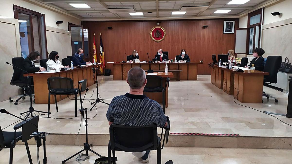 El profesor condenado, durante el juicio celebrado en la Audiencia Provincial de Palma.   M.O.I.