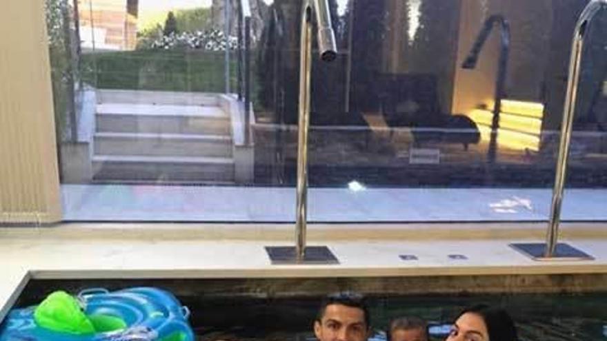 Cristiano Ronaldo y Geogina presumen de familia y de piscina