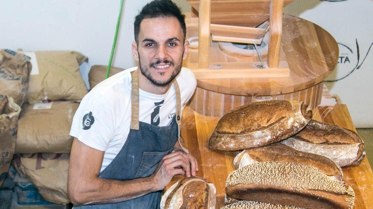 El panadero Jordi Morera posa en el obrador de L'Espiga d'Or, de Vilanova i la Geltrú.