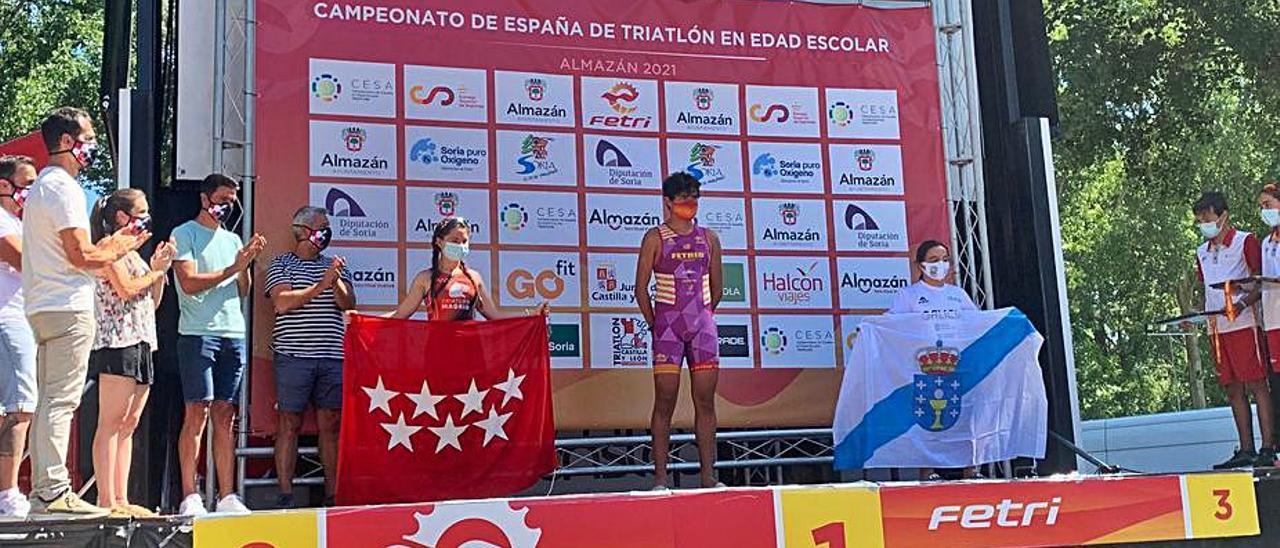 Nagore, con la bandera gallega en el podio del campeonato.    // FDV