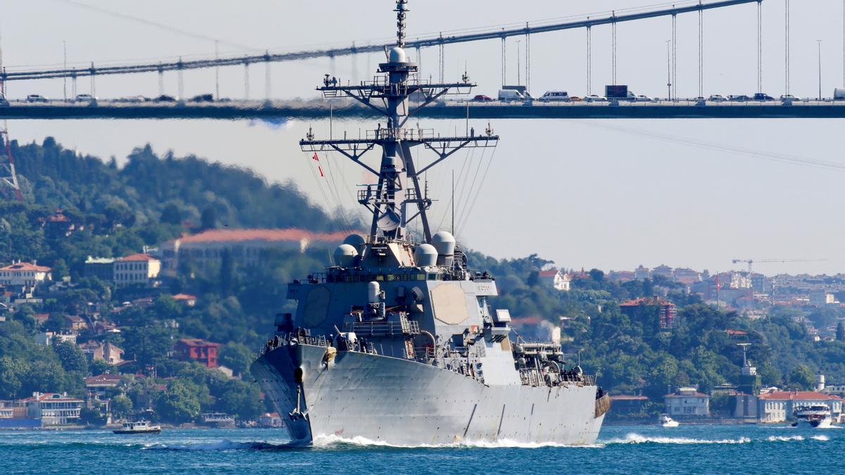 Un barco de la marina de EEUU guiando a un destructor de misiles en el puente del Bósforo en Estambul.