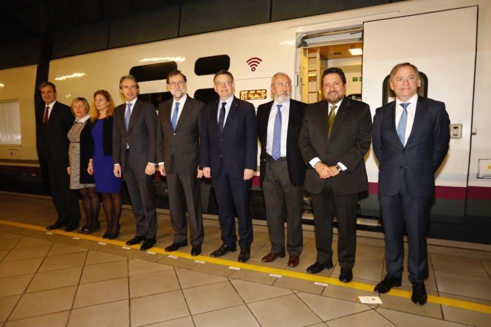 Las autoridades posan tras llegar a Castelló en el nuevo AVE.