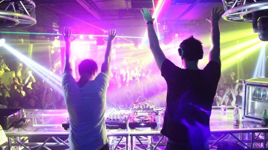 DJs y viajes gratis en el metro en la noche del sábado