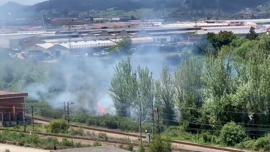 Sofocan un fuego en unos arbustos junto a las vías del tren en Moreda