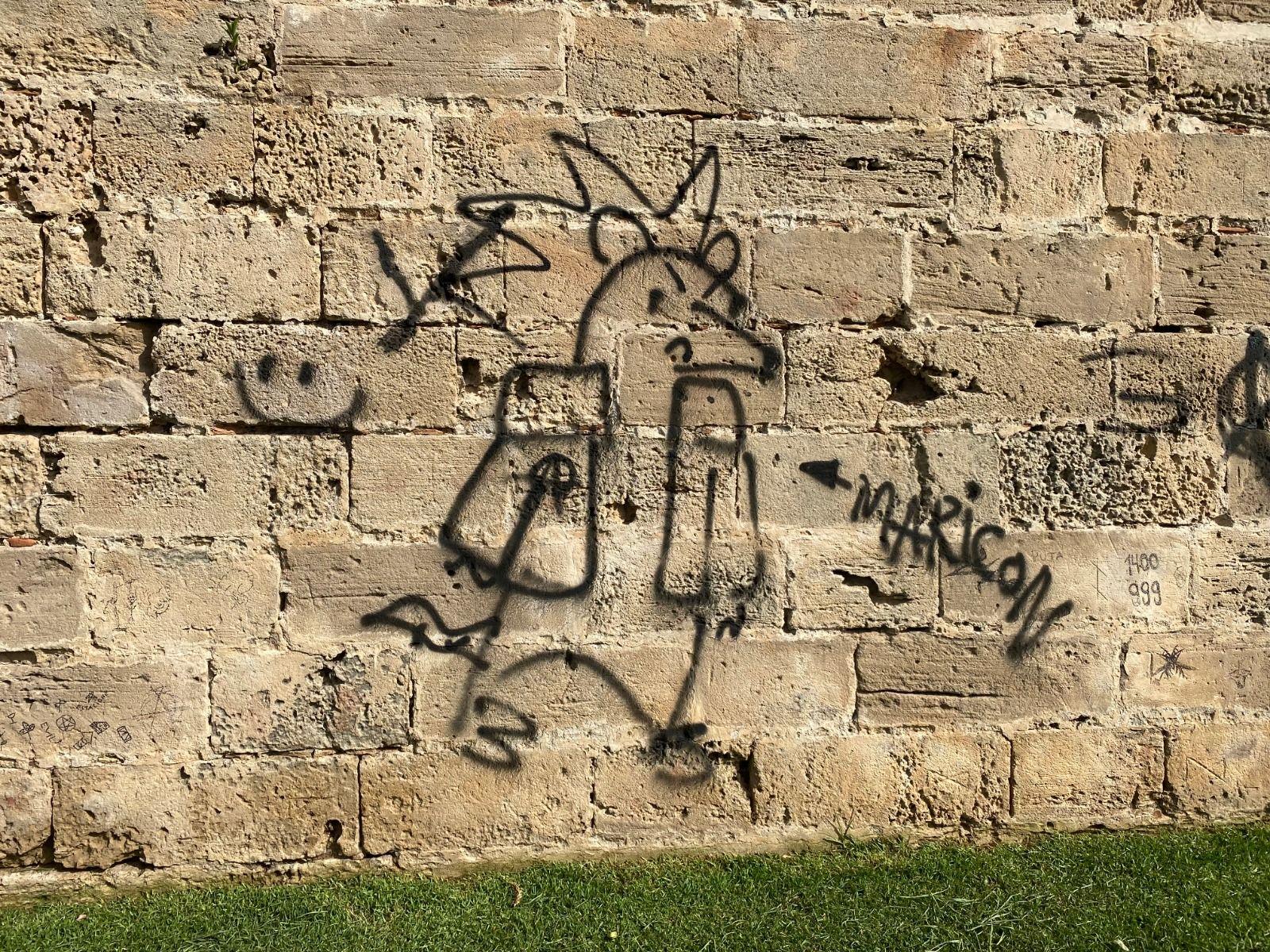 Atribuyen daños al patrimonio a dos menores por un grafiti en Parc de la Mar
