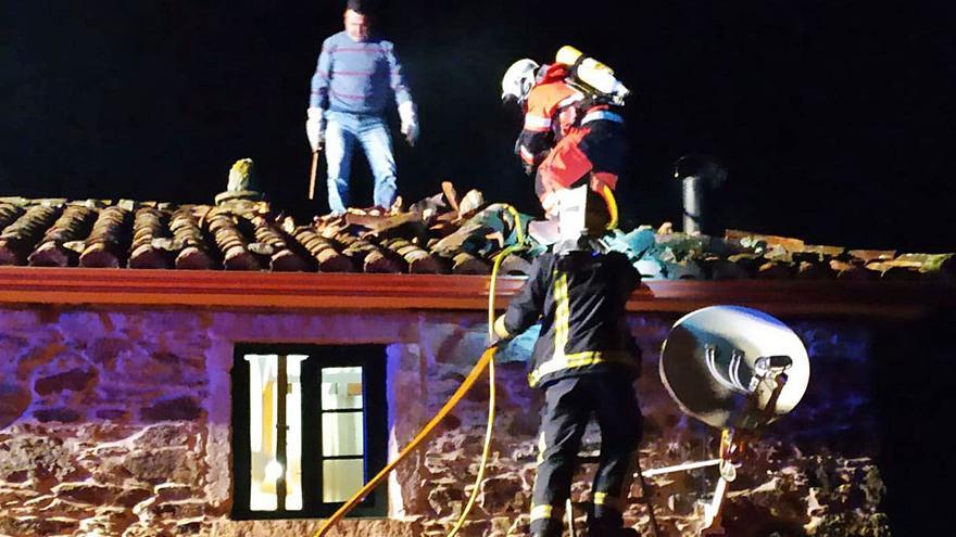 O lume queima parte do tellado dunha casa en Vila de Cruces