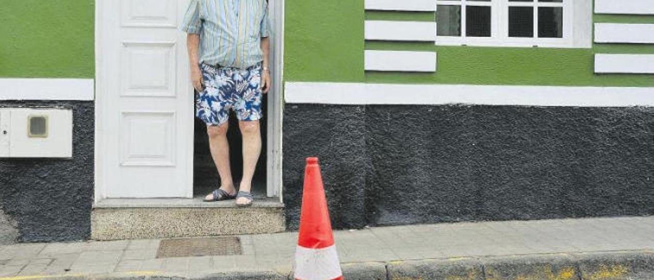 Luis Casallas, a las puertas de su casa de San Cristóbal en una foto del pasado noviembre; la alcantarilla con rebosos diarios está justo en su puerta.