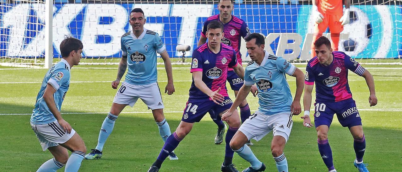 Augusto Solari controla un balón ante los blanquivioletas Raúl Alcarez y Óscar Plano, escoltado por Denis Suárez y Iago Aspas, ayer en Balaídos. // MARTA G. BREA