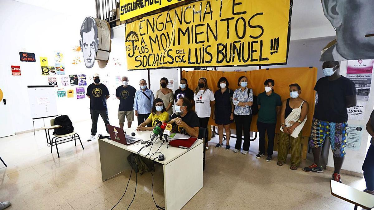Miembros del Centro Social Comunitario Luis Buñuel, este lunes en una rueda de prensa en el hall del edificio.     JAIME GALINDO