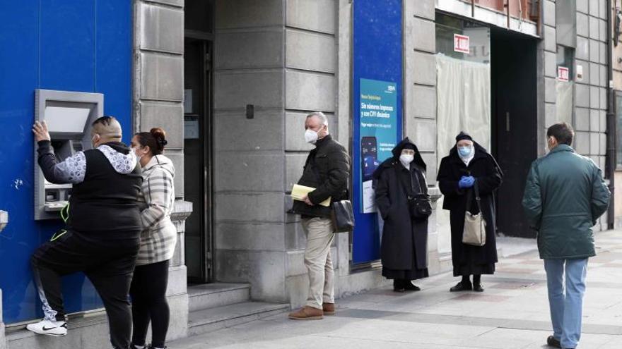La banca encarece sus comisiones para alejar a clientes poco rentables