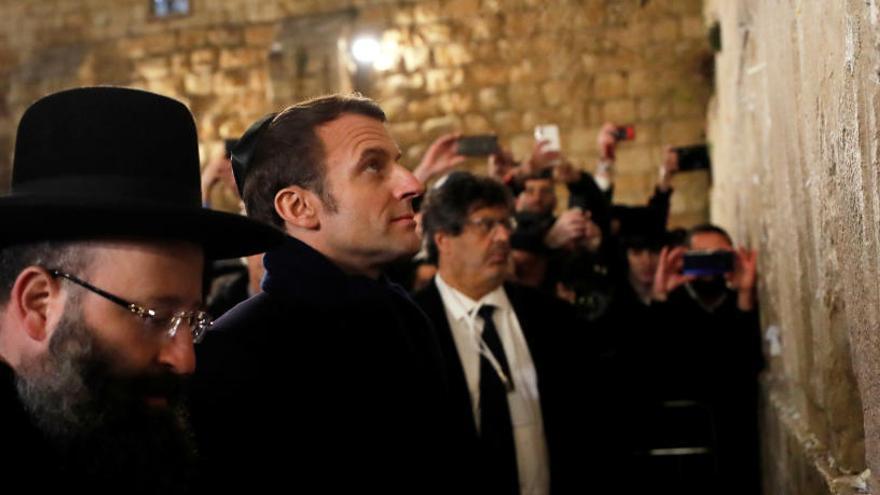 Macron discute con la Policía israelí por intentar entrar con él a una iglesia francesa