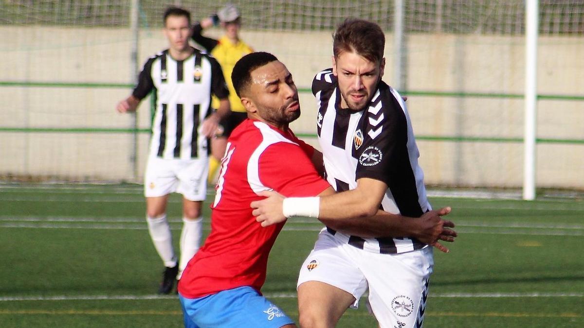 Amine y Javi Burriel, en un partido de esta temporada en el Marquina.