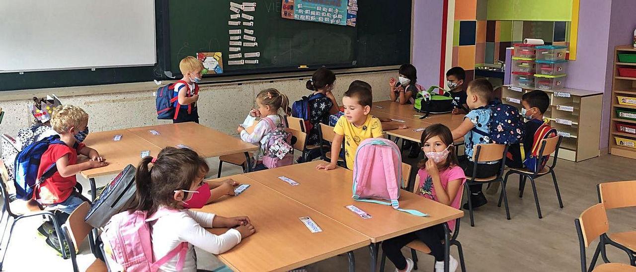 Alumnado de infantil del CEIP de Caldelas en la nueva aula, con baños integrados. |   // D.P.