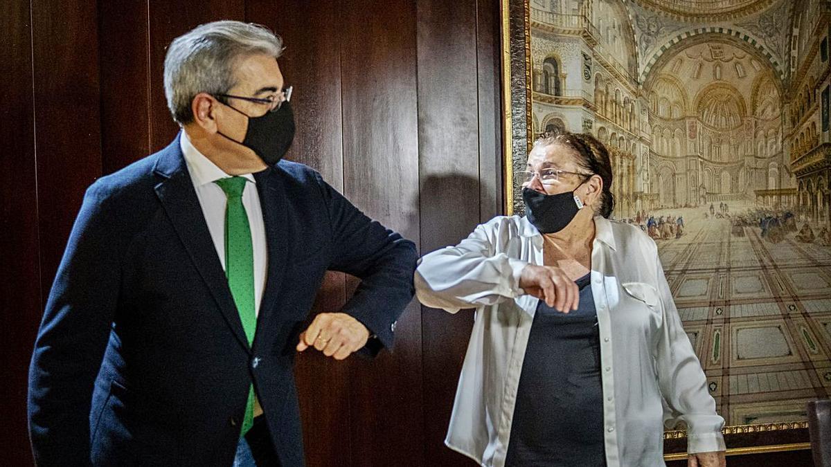 El vicepresidente autonómico y responsable de Hacienda saluda a la presidenta de La Recova.     ANDRÉS GUTIÉRREZ