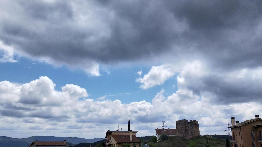 A Cardona s'obria alguna clariana entre els núvols.