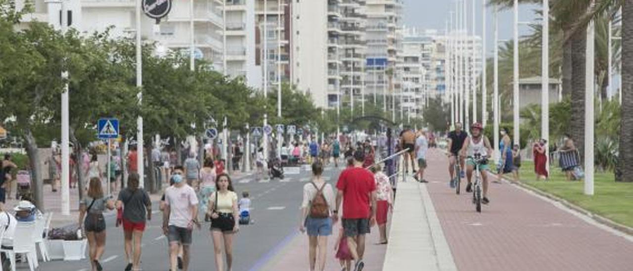 Centenares de personas andan por el paseo marítimo de Gandia, el año pasado. | ÀLEX OLTRA