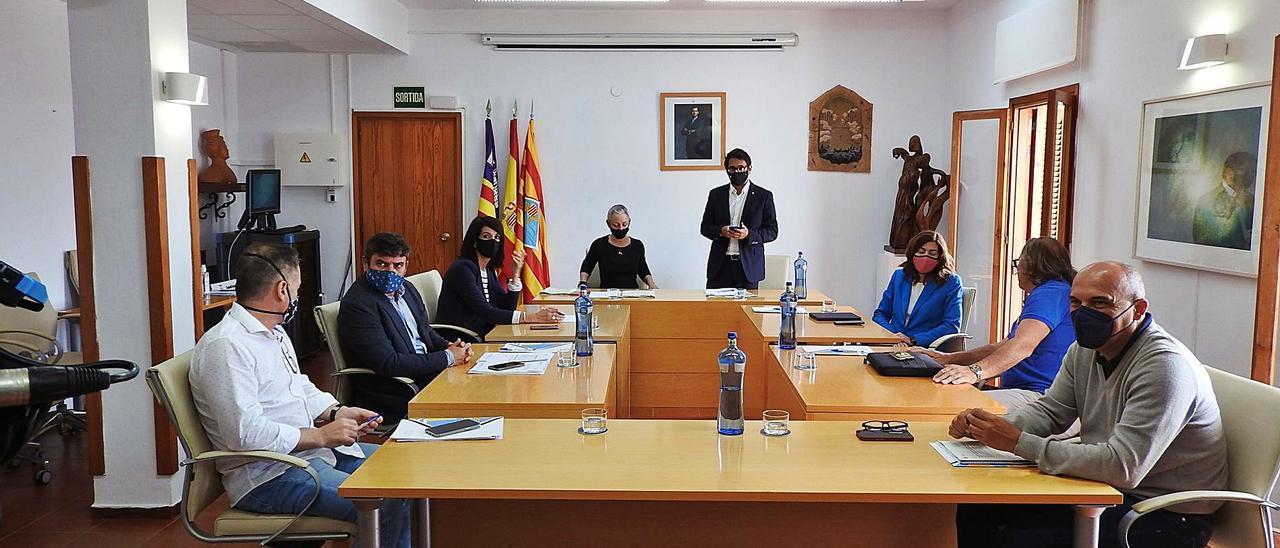 Un momento de la reunión mantenida entre el conseller balear de Turismo, Iago Negueruela, el Consell y el sector turístico local.