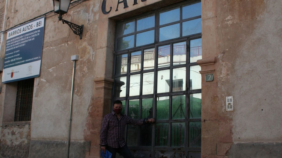 El edil del PP, Francisco Javier Martínez, a las puertas de la antigua cárcel.