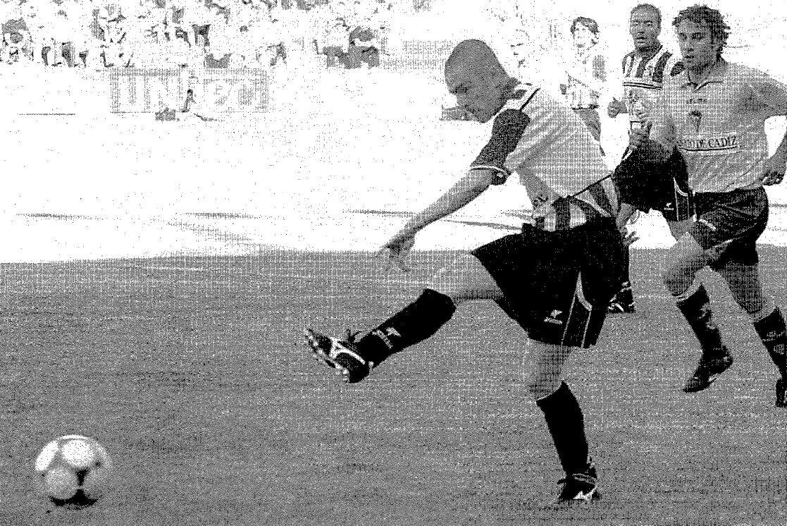 1. Aiert convierte un penalti durante el empate que logró el Zamora en el Ramón de Carranza de Cádiz. Era el segundo partido de su primer play off de ascenso a Segunda A.