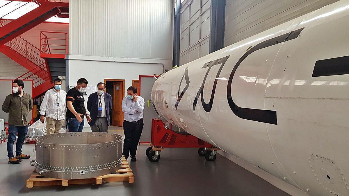 El conseller Soler y el director del IVF, M. Illueca, junto al prototipo de cohete de PLD Space.   LEVANTE-EMV