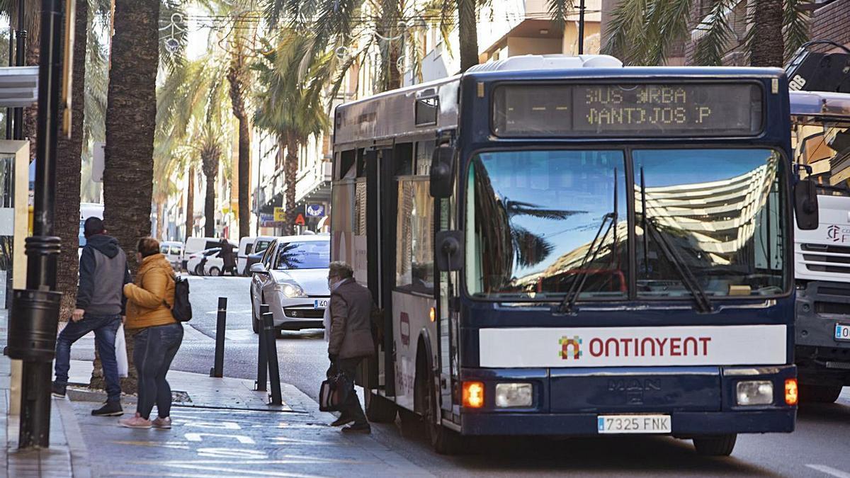 Usuarias bajando del autobús urbano de Ontinyent, en una imagen del pasado enero. | PERALES IBORRA