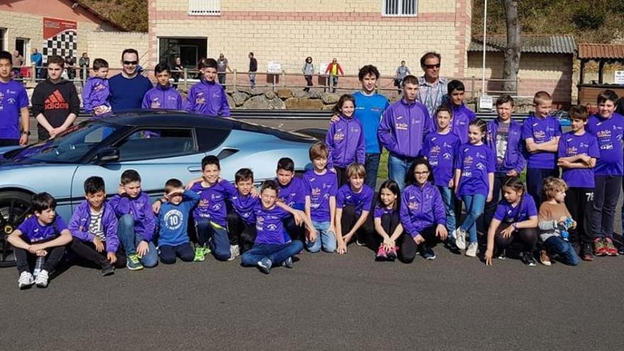 Javi Villa invitó a los palistas de la Escuela de Piragüismo El Sella al karting de Sotu Dueñas
