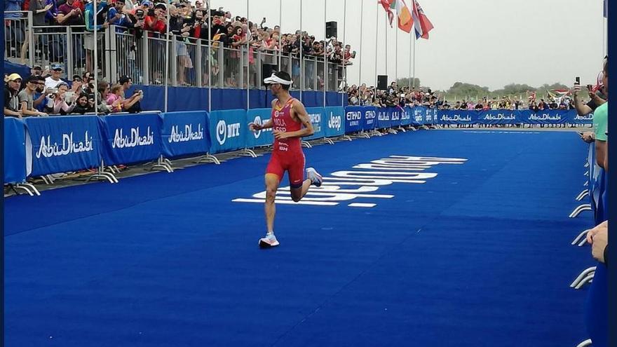 Mario Mola abre el Mundial de triatlón con un segundo puesto en Abu Dabi