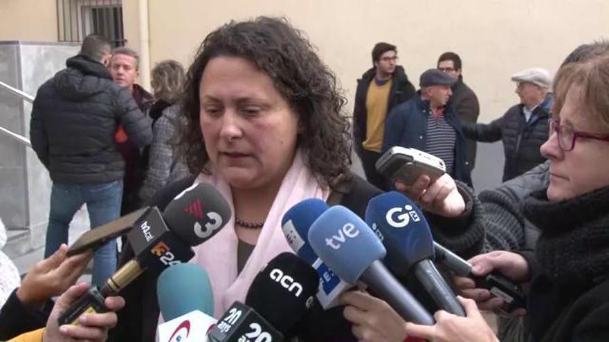 Desenes de veïns de Vilobí condemnen la mort violenta de les germanes de 5 i 6 anys