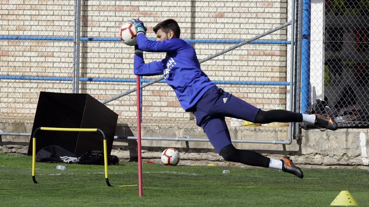 Álvaro Ratón atrapa un balón en un entrenamiento.