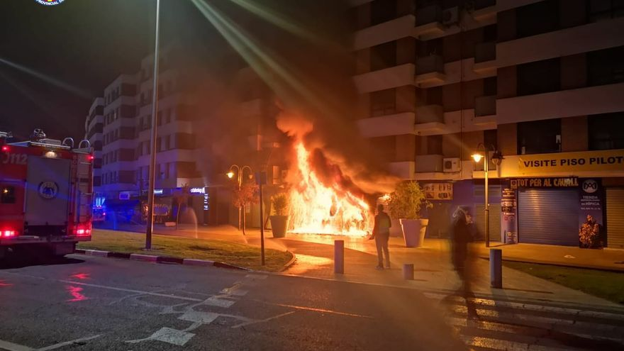 Un pavoroso incendio en un local de motos de Alzira deja 5 heridos