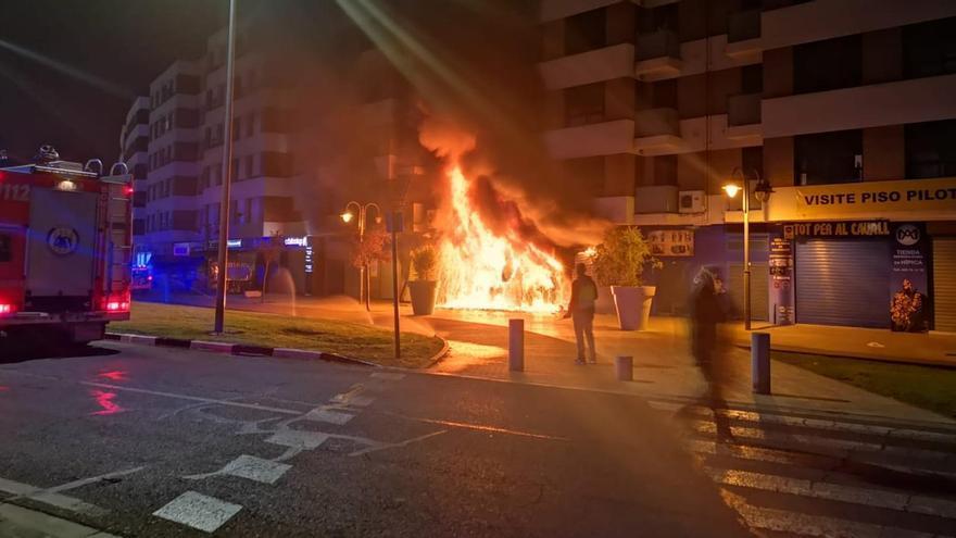 Un incendio en un local de motos de Alzira deja cuatro policías heridos