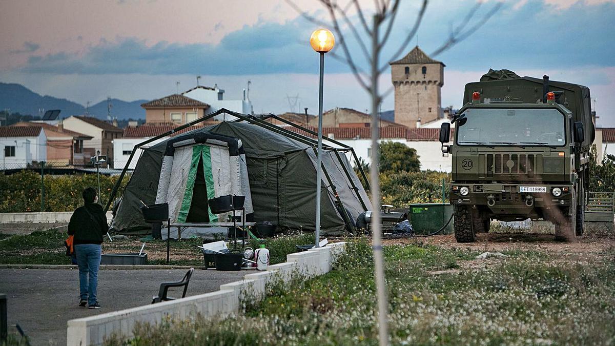 La UME ha montado una tienda de campaña en una residencia de Quartell con un brote activo. | DANIEL TORTAJADA