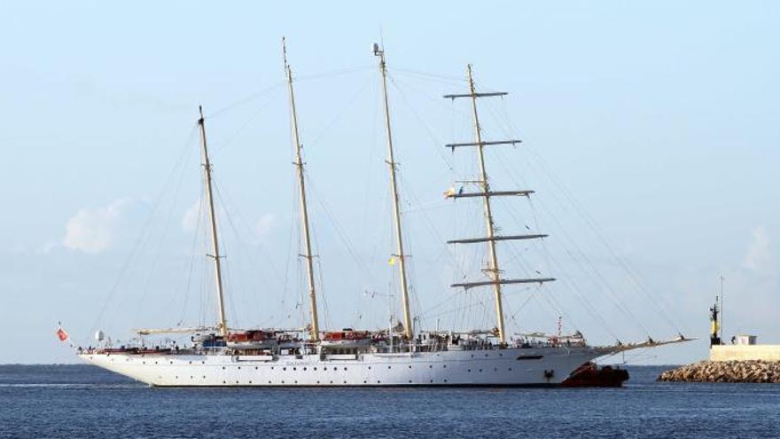 Zwei prächtige Segelschiffe geben sich Stelldichein in Palmas Hafen