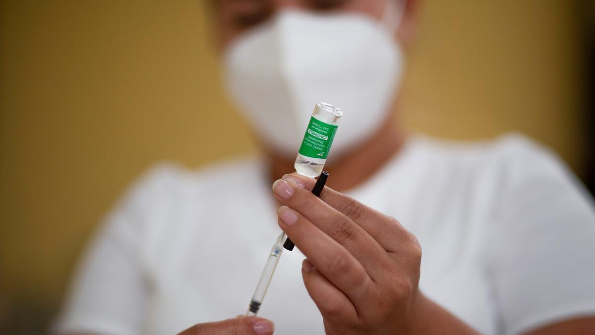 Una sanitaria prepara una dosis de la vacuna de Astrazeneca