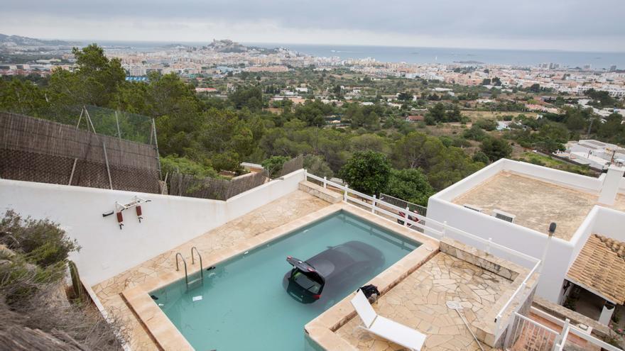 Un coche cae a una piscina del barrio de Cas Mut en Ibiza